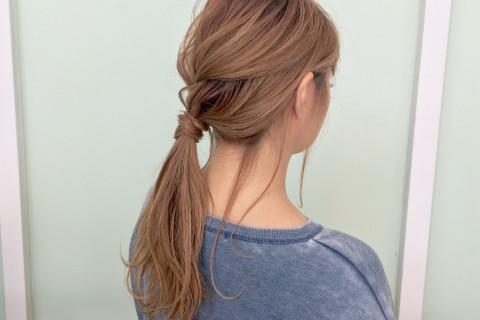YouTubeで話題の美容師が教える!ルーズなポニーテールに合う後れ毛の出し方