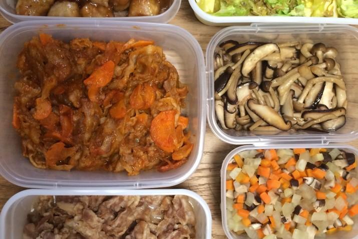 冷蔵庫で保存がきくお惣菜を中心に週末にまとめて作り置き。お弁当にちょっとずつ詰めたり、夕飯の副菜に使っている。 野菜たっぷりのミネストローネなどスープは1人分ずつ冷凍して保存。